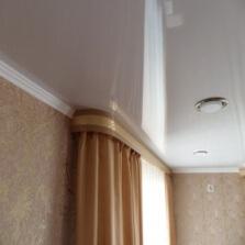 Установка гардин и карниза на натяжной потолок